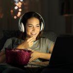 Mujer viendo películas desdesu computadora. Concepto: Las mejores películas de negocios para mujeres emprendedoras.