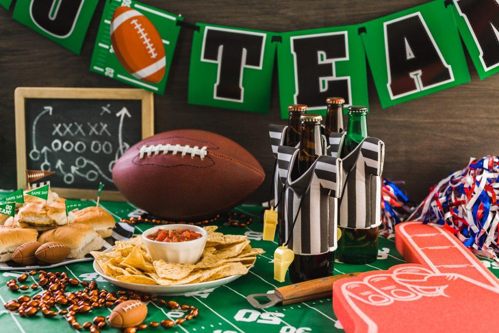 Día de juego, super bowl, festa, mesa con cerveza, papas, y salsa