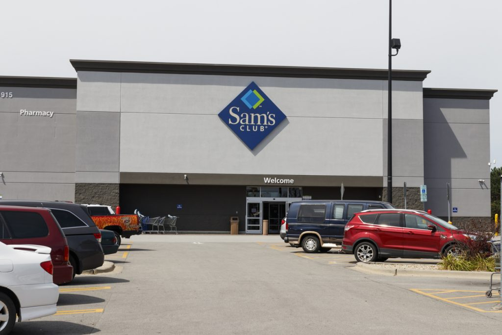 Champaign - Circa August 2019: Sam's Club Warehouse. Sam's Club is a chain of membership only stores owned by Walmart IV. concept: tarjeta de crédito Champaign - Circa August 2019: Sam's Club Warehouse. Sam's Club is a chain of membership only stores owned by Walmart IV. concept: Sam's Club Business Credit