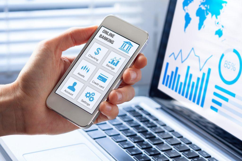 Banca en línea, app en un celular, persona de negocios revisando su cuenta. Concept: cuenta de banco en línea