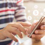 Persona usando smartphone con transacciones en línea. concept: apps de finanzas