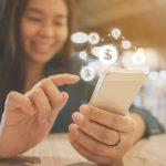 Empresaria usando una App para administrar dinero