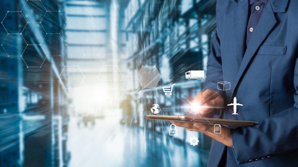 Logistica de negocios, empresario usando tablet en su bodega. concept: apps de inventario