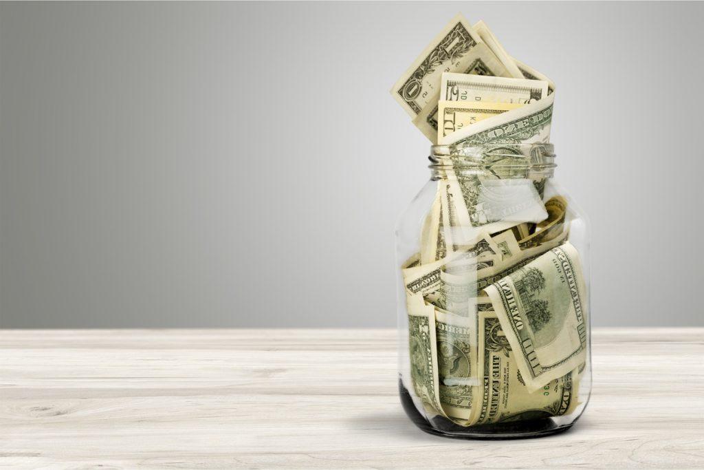 Frasco de vidrio con dinero. concept: cuentas de inversión