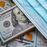 Dólares americanos con una mascarilla. concept: Programas de apoyo para pequeñas empresas por coronavirus de la SBA