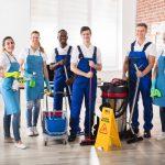 Retrato de grupo de limpiadores/conserjes felices y diversos. concept: empresa de limpieza