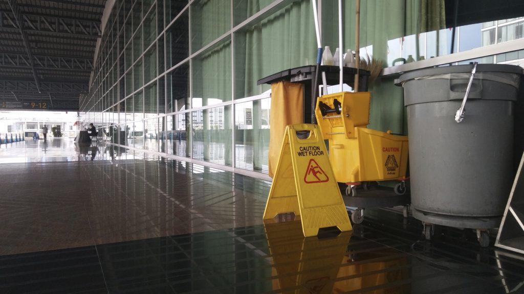 Material y equipo de limpieza en un pasillo