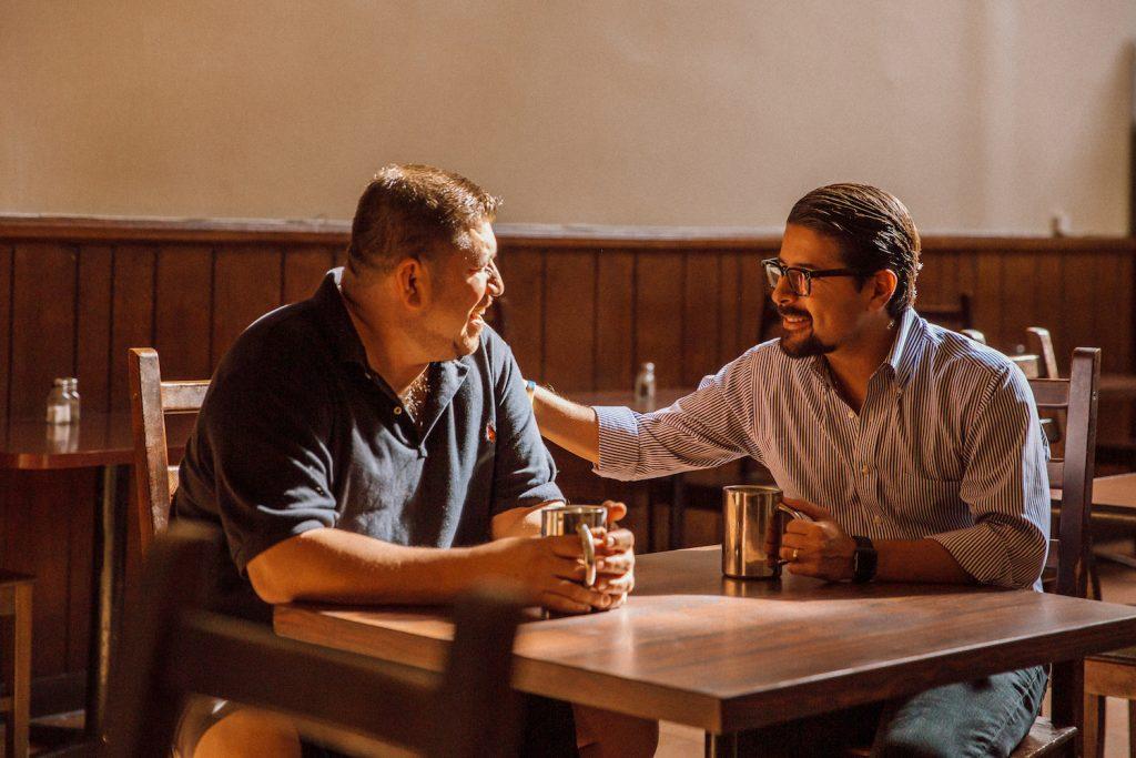 Sean Salas, CEO de Camino Financial, reunido con dueño de negocio. Concepto: Mensaje de Camino Financial durante Coronavirus
