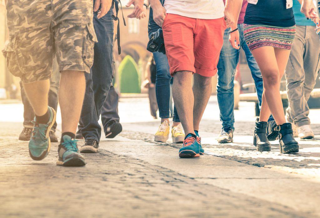 gente caminando por la calle. concept: tráfico peatonal