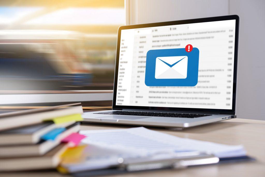 Comunicación empresarial por correo, computadora, laptop, correo nuevo