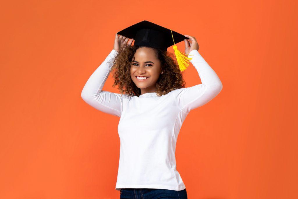 Chica feliz por su graduación, camino financial