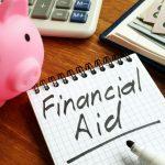 Letrero de apoyo financiera con dinero y alcancía. Apoyo financiero por COVID-19