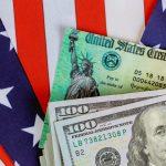Dólares americanos con bandera de estados unidos. concept: pago de estímulo por COVID-19