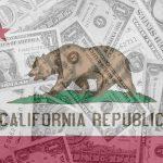 Bandera del estado de California y dólares. concept: ayuda covid indocumentados