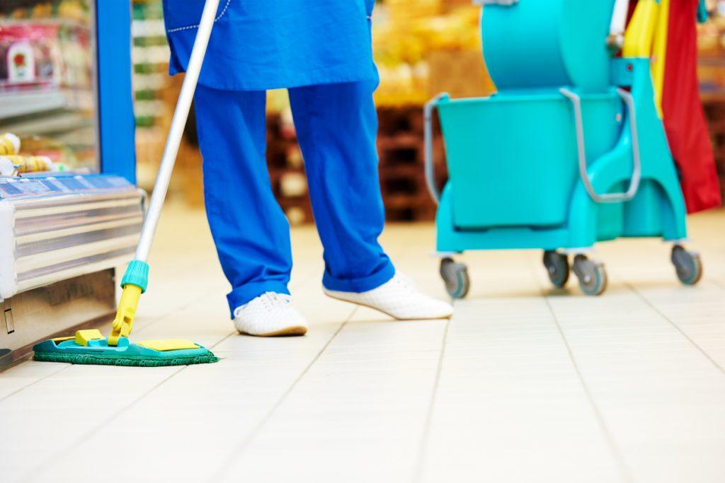 Limpieza de supermercado con trapeador. concept: COVID-19: Las mejores prácticas