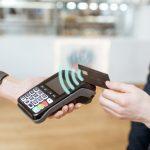Contactless payment, pago sin contacto, pago contactless. Tarjeta de crédito y terminal