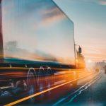Camión en carretera. concept: El panorama de la industria camionera