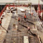 Sitio de construcción con empleados trabajando. concept: industria de la construcción