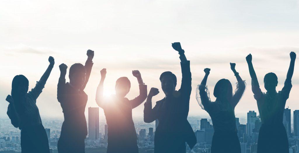 siluetas de empresarios felices, éxito. concept: citas inspiradoras