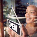 Emprendedora abriendo su negocio. concept: negocios menos rentables