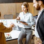 Empleados trabajando en tenovaciones de una oficina. concept: renovaciones por covid