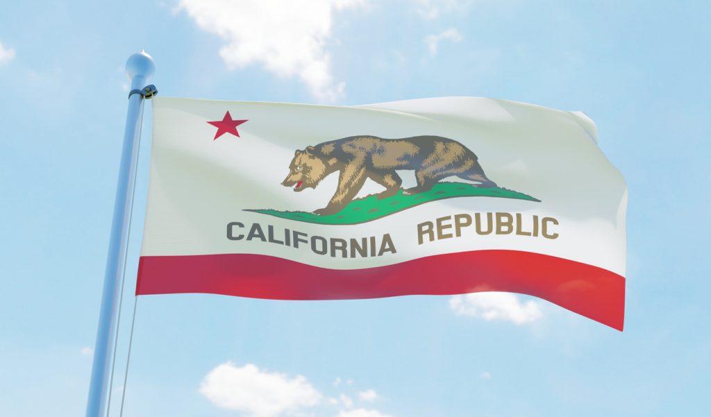 bandera de California (USA) ondeando contra el viento. imagen 3d. concept subvenciones para pequeñas empresas en California
