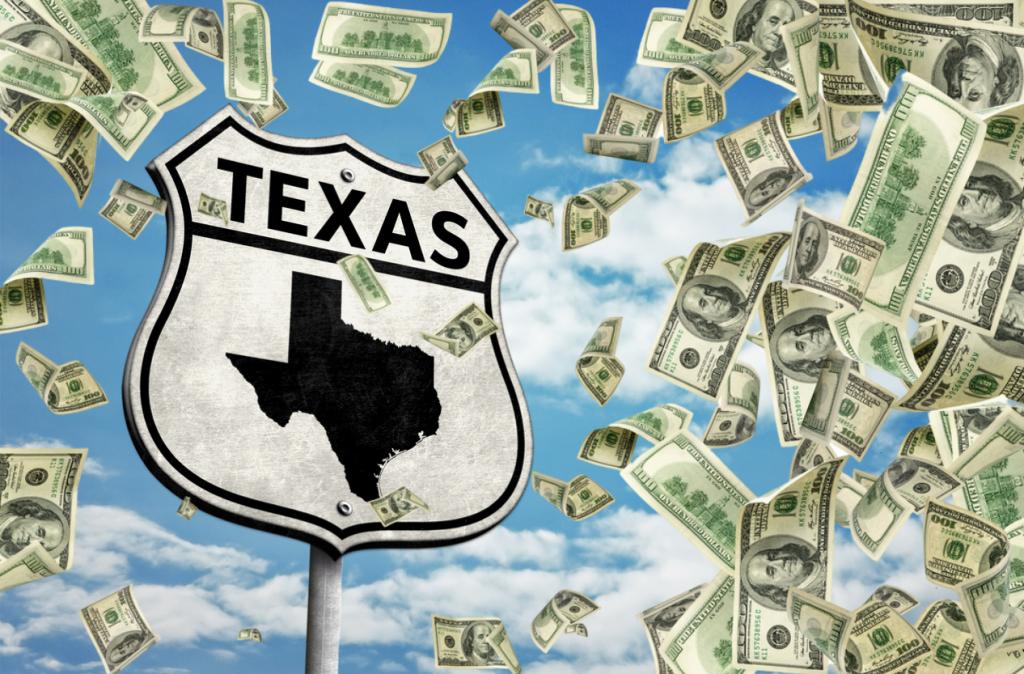 letrero de carretera, texas, con dinero cayendo alrededor. concept: Préstamos para negocios en Texas