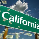 Letrero de california con dinero cayendo. concept: Préstamos para negocios en California