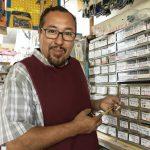 retrato de un empresario latino en su negocio. concept: plan de negocio