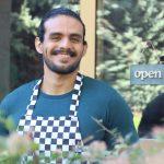 barista latino trabajando. concept: reconstruye tu negocio