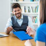 Empresario latino haciendo una entrevista de trabajo. concept: w2 o 1099