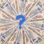 Signo de interrogación en un círculo de dinero. concept: pedir un préstamo comercial