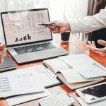 Equipo de negocio revisando finanzas. concept: Formato de balance general para excel