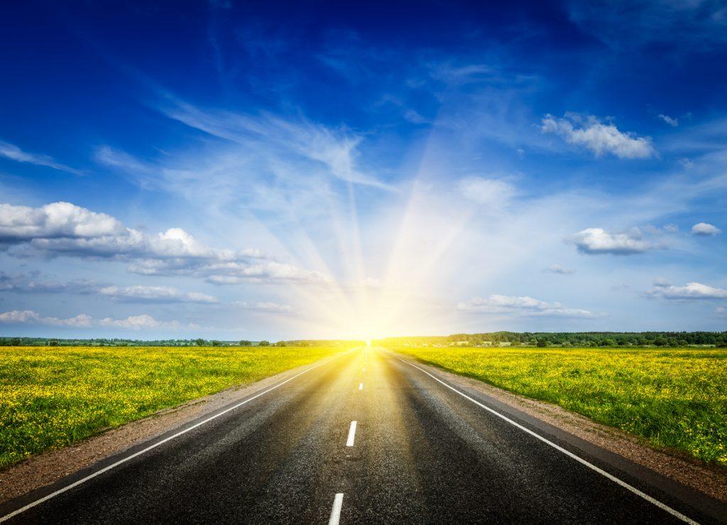 Camino hacia pusta del sol que representa un mejor futuro y lecciones aprendidas del COVID-19