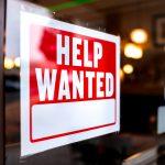 letrero en negocio para contratar a tu primer empleado