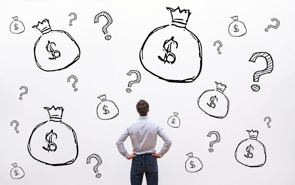 hombre frente a sacos de dinero que representan alternativas a la financiacion bancaria